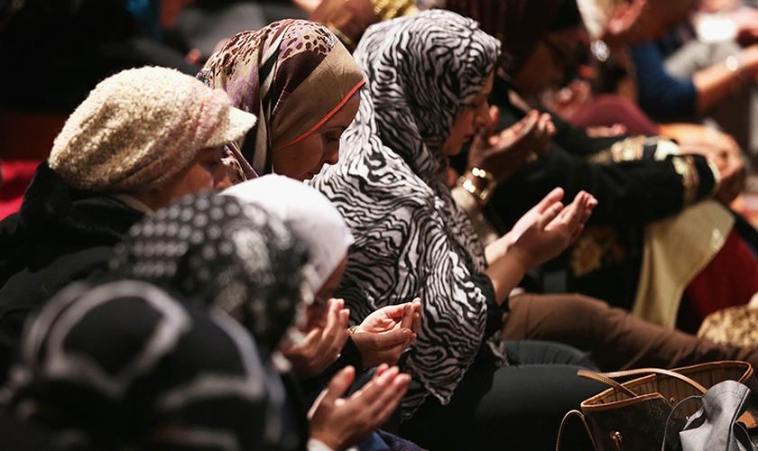Muçulmanos oram em mesquita de Washington. (Foto: Dawn)