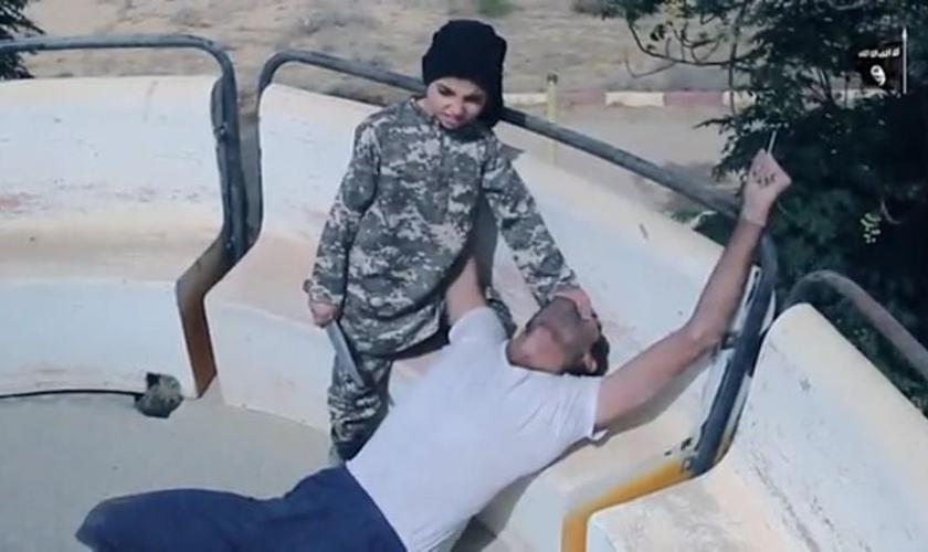 Os soldados descobriram uniformes infantis com a bandeira negra do grupo terrorista. (Foto: Reprodução).