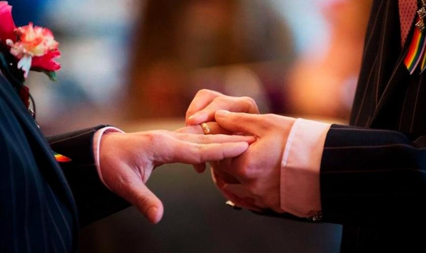 Homens trocam alianças em cerimônia de casamento gay, (Foto: Justificando)