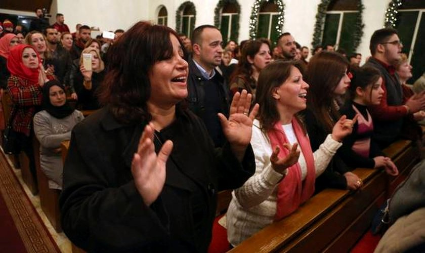 Cristãos no Iraque.  (Foto: AP Photo/Karim Kadim)