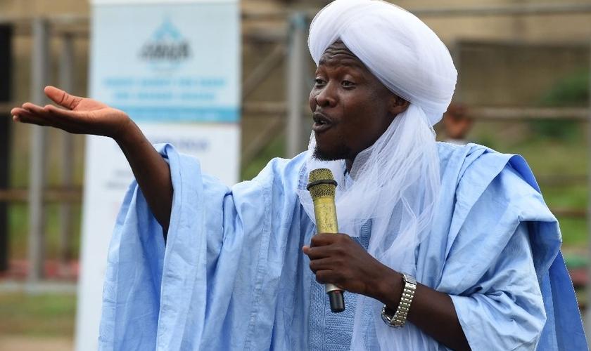 Líder muçulmano Soliu Kewugbemi em mensagem na Sociedade Nasrul-lahi-li Fathi. (Foto: AFP/Pius Utomi Ekpei)