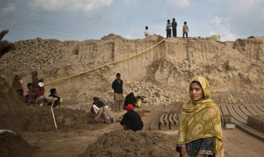 Navila Shirali, de 17 anos, posa para uma foto em seu local de trabalho, no Paquistão. (Foto: Arquivo/AP)