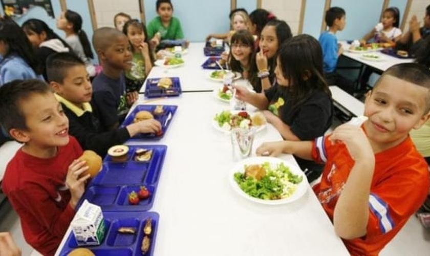 A igreja descobriu que alguns estudantes, em quase 40 escolas no distrito, estavam devendo os pagamentos de almoço escolar. (Foto: Reuters).