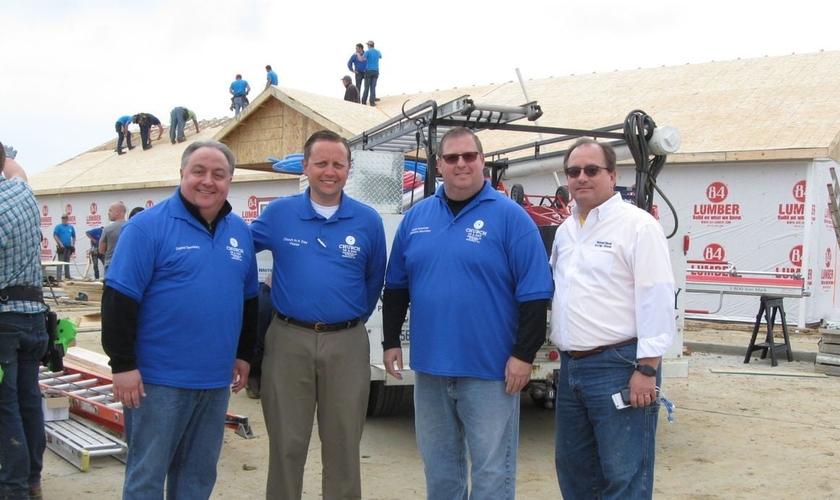 Voluntários cristãos se uniram para construir o templo da igreja pentecostal em apenas um dia. (Foto: The Ledger Independent)
