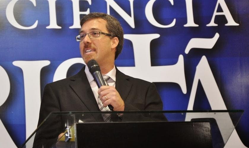 Heber afirma que muitos jovens cristãos estão pensando como o mundo. (Foto: Reprodução).
