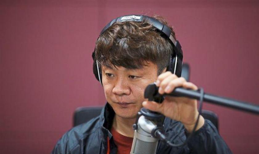O missionário Kim Chung-seong também é radialista e distribui arquivos de áudio com mensagens evangelísticas para os norte-coreanos. (Foto: Reuters)