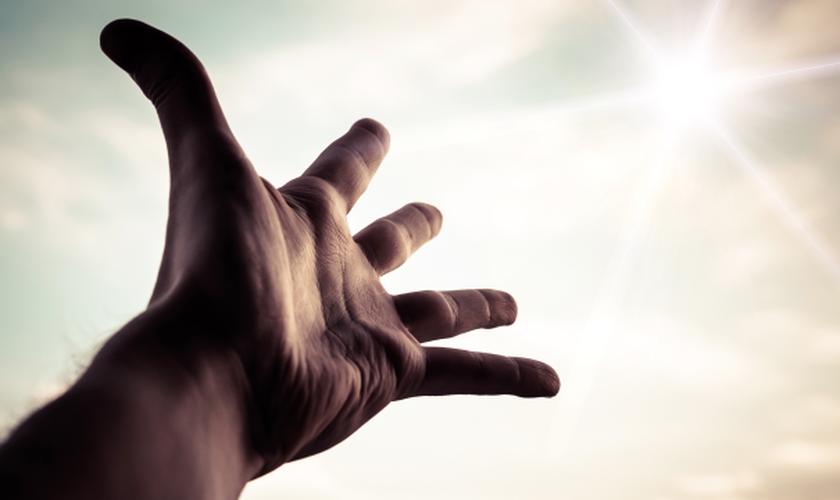 Mão estendida aos céus. (Foto: Novo Tempo)