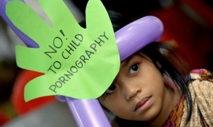 Crianças participam de protesto contra a pornografia infantil. (Foto: vietditru.org)