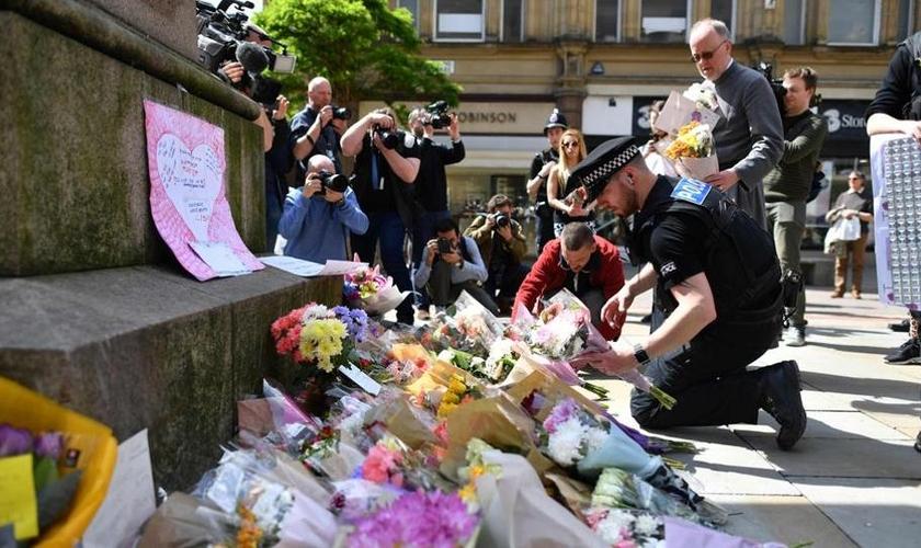 Pessoas lamentam a morte de amigos e parentes em Manchester. (Foto: Hindustan Times)