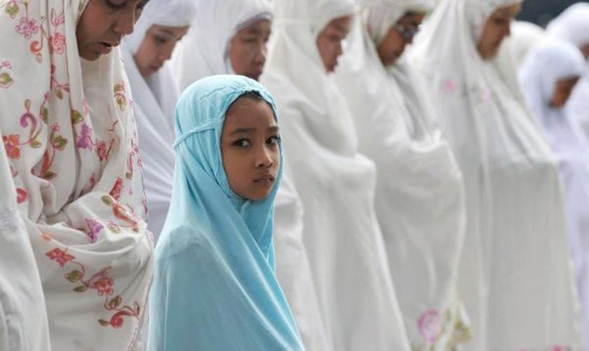 Muitos muçulmanos se questionam diante dos ataques terroristas e encontram respostas na fé cristã. (Foto: Reprodução)