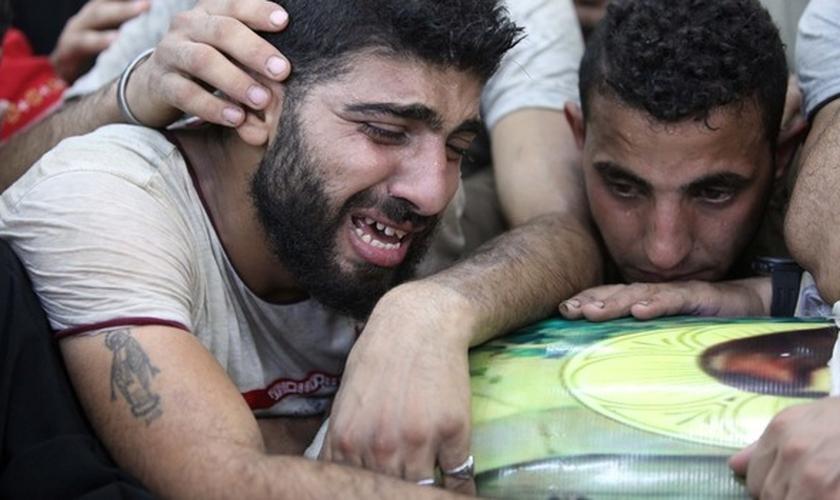 Cristãos coptas choram a morte de seus parentes em ataques terroristas. (Foto: ABC)