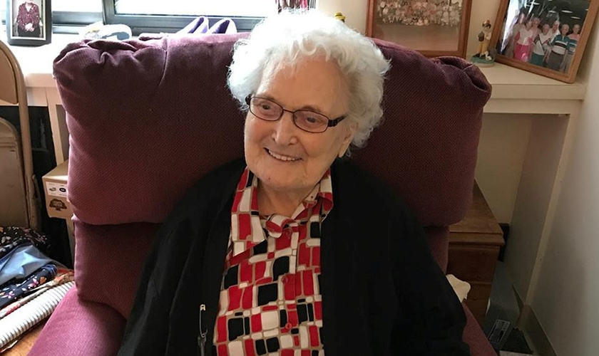 """Allie Candler tem 107 anos e, mesmo """"aposentada"""", continua exercendo seu ministério de forma extra-oficial, evangelizando e expressando o amor de Jesus às pessoas. (Foto: Baptist Press)"""