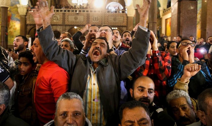 Homens choram no funeral das vítimas do ataque às igrejas, no Egito. (Foto: Samer Abdallah/Associated Press)