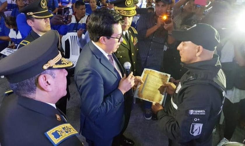 Pelo seu ato, o homem foi reconhecido pela Polícia do Equador durante uma cerimônia de promoção de oficiais. (Foto: Reprodução/Twitter).