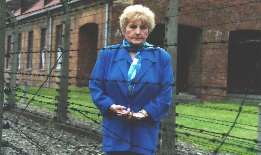 Eva Mozes Kor foi usada como cobaia pelos nazistas em Auschwitz. (Foto: Reprodução).