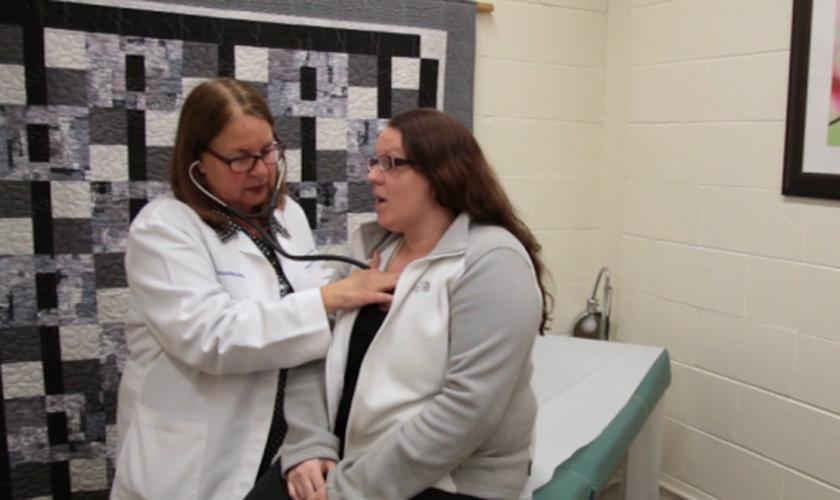 Dra. Nancy Henceroth-Gatto durante consulta com a paciente Crystal. (Foto: CBN News)