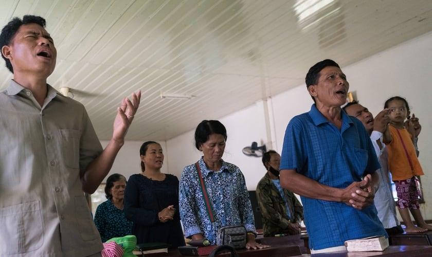 Cristãos participam de culto no Camboja. (Foto: Los Angeles Times)