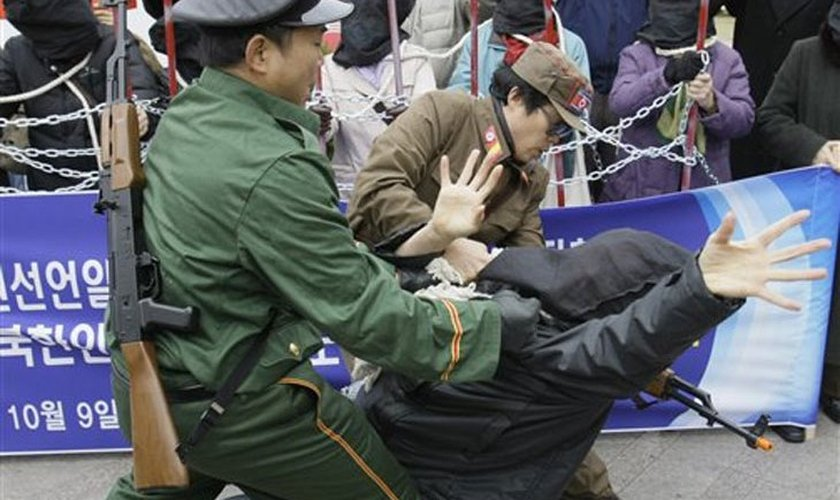 De acordo com a fonte anônima, Kim foi espancado e amarrado com corda enquanto era levado para fora da cidade. (Foto: Reprodução).