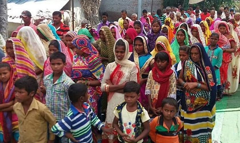 O presidente da aldeia instiga a multidão a atacar quem se converte ao cristianismo. (Foto: Morning Star News).