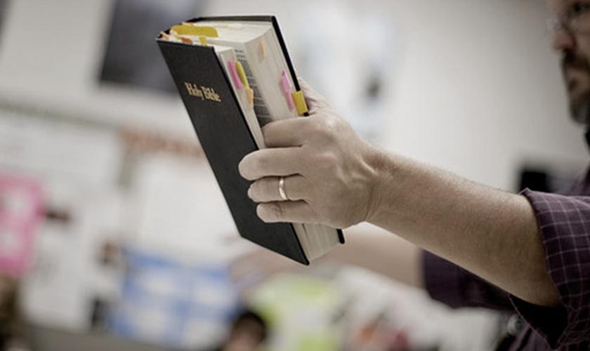 Professor ensina sobre a Bíblia em sala de aula. (Foto: Religion News Service)
