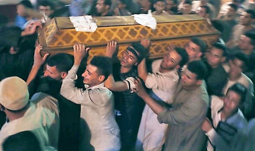 Homens carregam caixão em funeral de cristãos coptas. (Foto: Reuters)