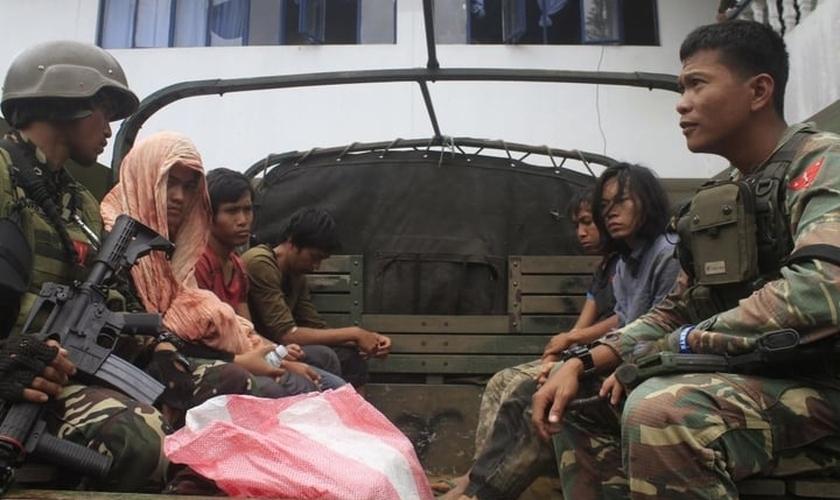 Até agora, 70 militares, 27 civis e 290 militantes foram mortos em confrontos entre militantes e tropas governamentais. (Foto: Reuters).