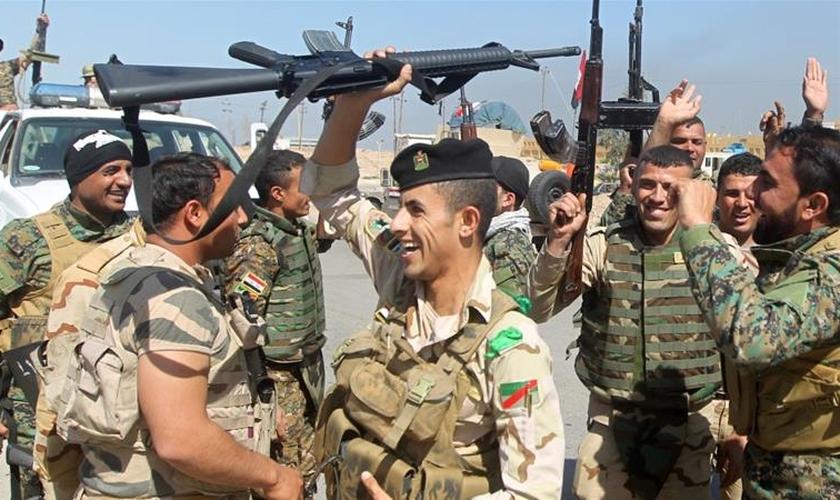 Soldados iraquianos celebram vitórias contra o Estado Islâmico em Mossul. (Foto: Al Jazeera)