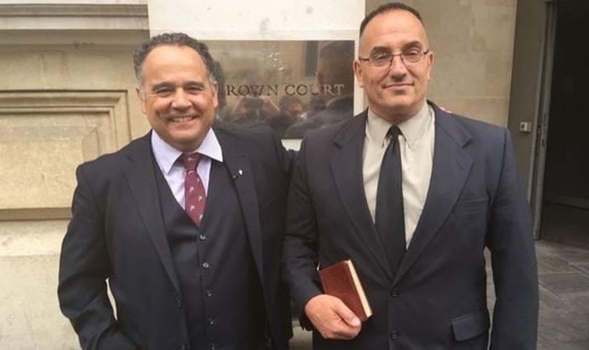 Michael Overd (esquerda) e Michael Stockwell (direita) em frente ao Tribunal onde foram julgados e absolvidos. (Foto: Bristol Post)