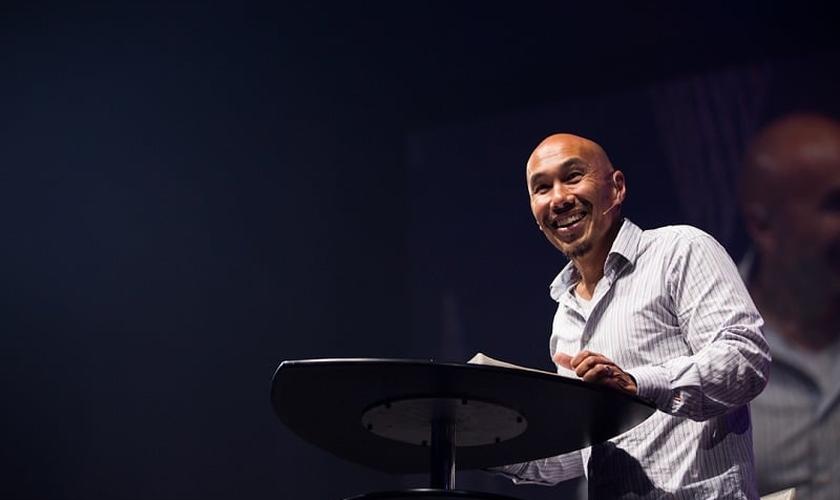 Francis Chan decidiu deixar o comando de uma próspera megaigreja na Califórnia para cumprir o real propósito de Deus. (Foto: Reprodução)