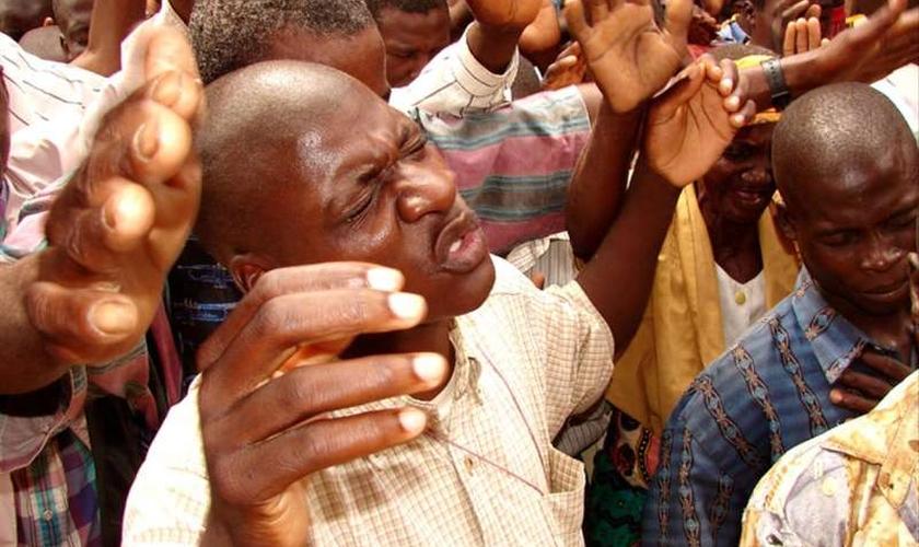 Evangélicos durante adoração a Deus em igreja na África. (Foto: Reprodução)