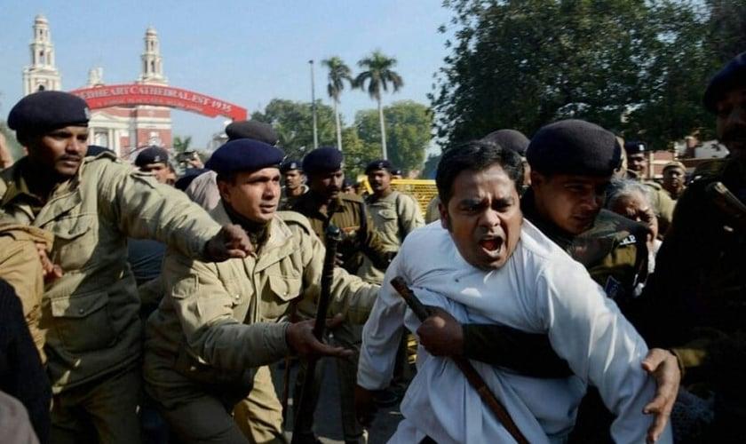 Os cristãos foram arrastados, chutados e insultados com palavrões pelos hindus locais. (Foto: Reuters).