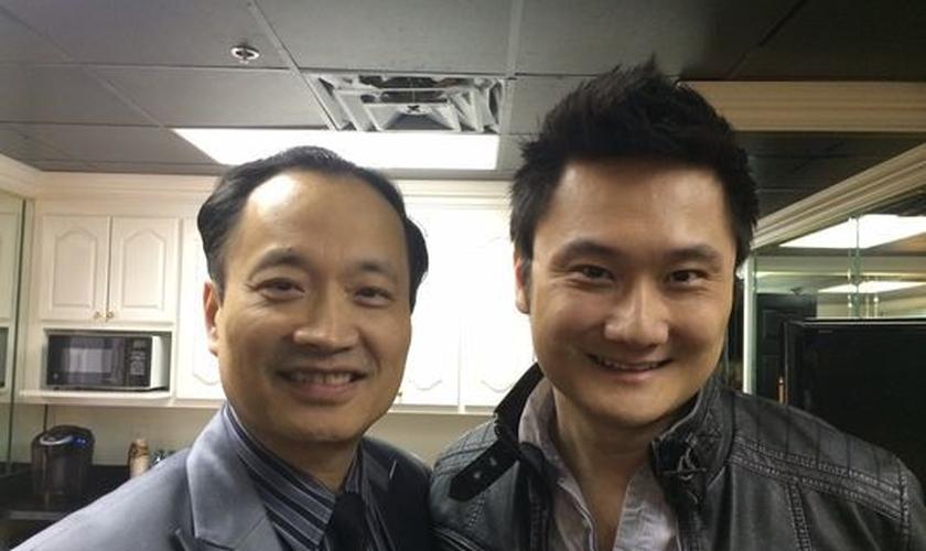 """Ator ao lado do médico Ming X. Wang, que inspirou personagem de """"Deus Não Está Morto"""". (Foto: Reprodução)"""