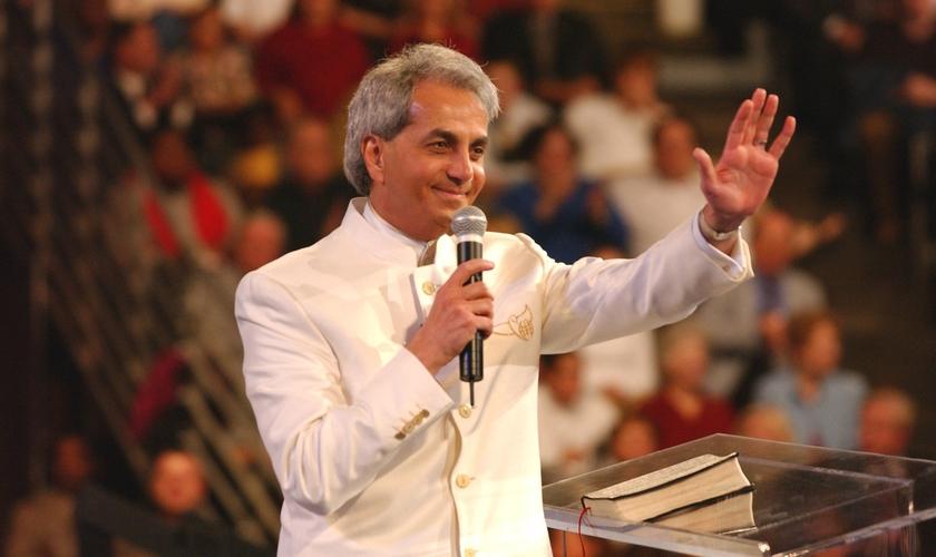 Benny Hinn, um dos pregadores mais conhecidos mundialmente, durante um de seus sermões.