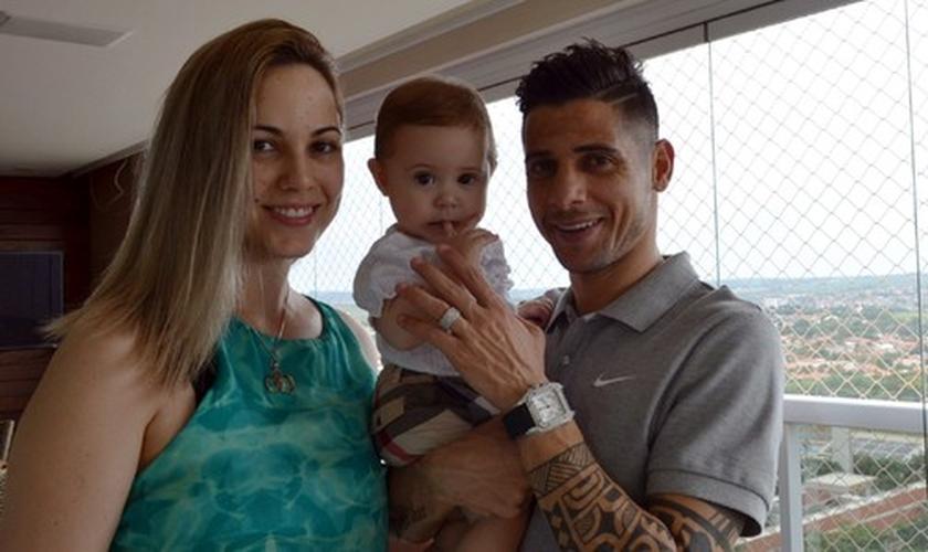 Cicinho ao lado da esposa, Marry e a com a filha Eloah