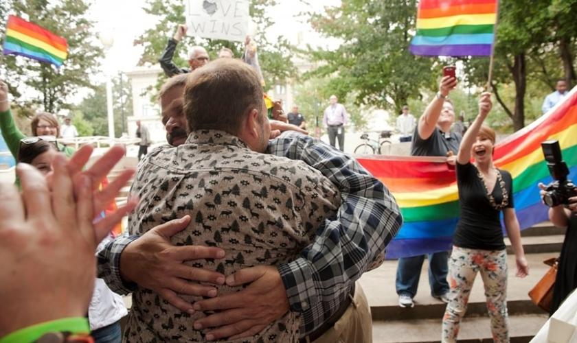 Jesus Hernandez (esquerda) e Oscar Hull (direita) são casados fora dos registros de ações de Mecklenburg County, na Carolina do Norte (EUA).