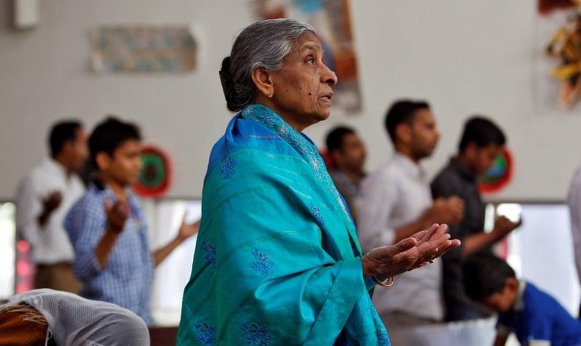Cristãos durante orações em uma igreja na cidade de Ahmedabad, na Índia. (Reuters/Amit Dave)
