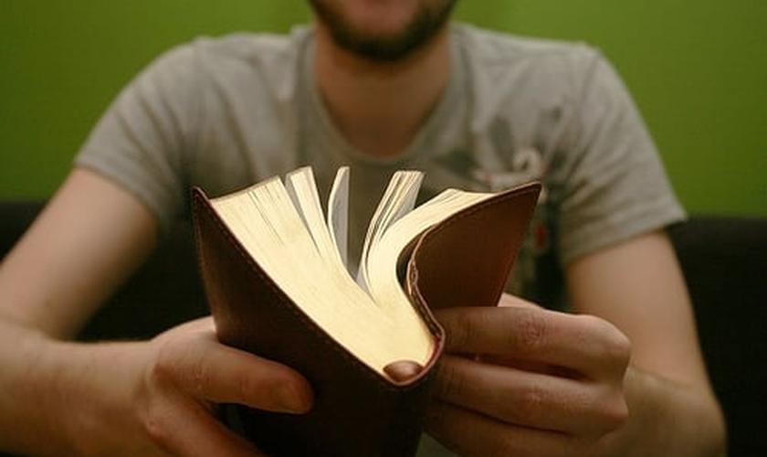 Rapaz lendo a Bíblia_imagem ilustrativa
