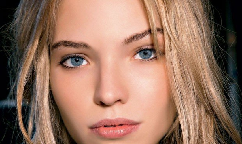Assim como acontece com os cabelos, os fios das sobrancelhas também podem ser tonalizados. (Foto: Reprodução/ Marie Claire)