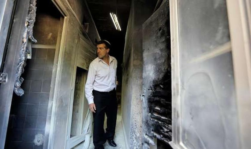 Judeu analisa estrago causado por incêndio em seminário ortodoxo grego, em Jerusalém