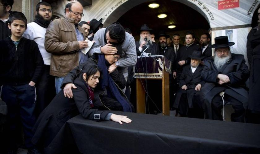 Parente de Yoav Hattab, que morreu no ataque ao Hyper Cacher, recebem o corpo em Bnei Brak, perto de Tel Aviv.