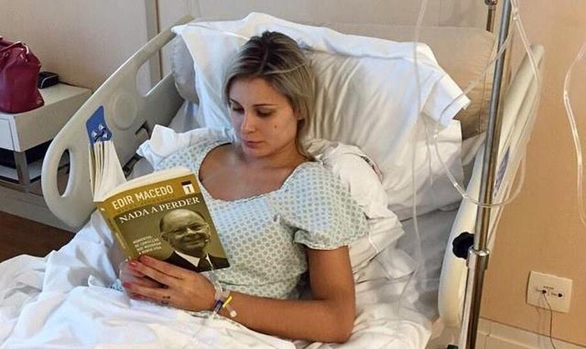 Andressa Urach aproveita repouso da internação para ler um dos volumes da biografia do bispo Edir Macedo