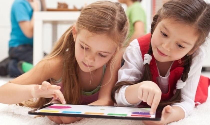 O fácil acesso de crianças cada vez mais jovens à internet por meio de tablets, smartphones e notebooks já é uma realidade com a qual muitas famílias lidam atualmente.