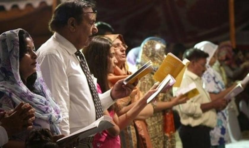 Cristãos paquistaneses orando pela perseguição.