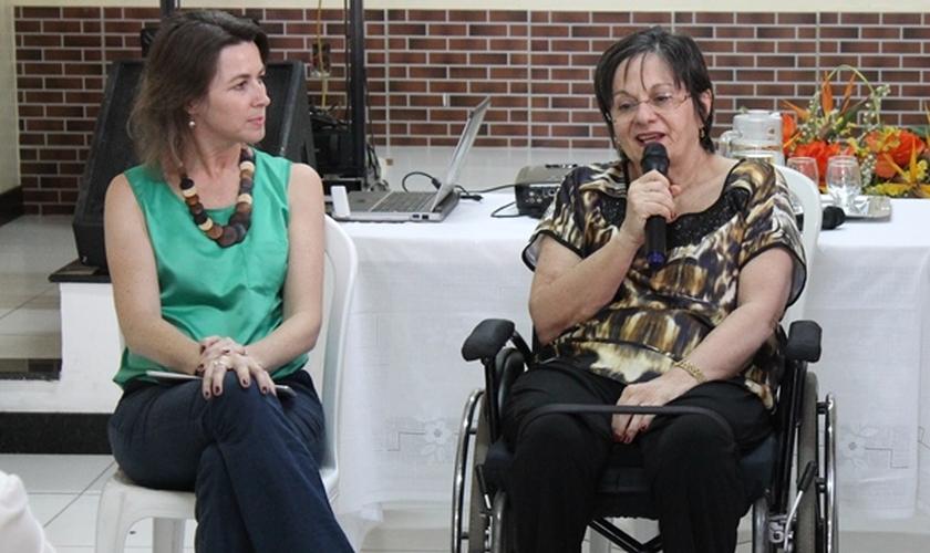 """A pastora Anete Roese (à esquerda) e Maria da Penha (à direita) foram as palestrantes convidadas para o Seminário """"Justiça de Gênero"""", realizado pela Diaconia, em Fortaleza (CE)."""