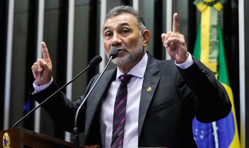 Telmário Mota é senador pelo PDT de Roraima e autor do projeto de lei PL 123/2015, que visa a regulamentação da atividade religiosa no Brasil.