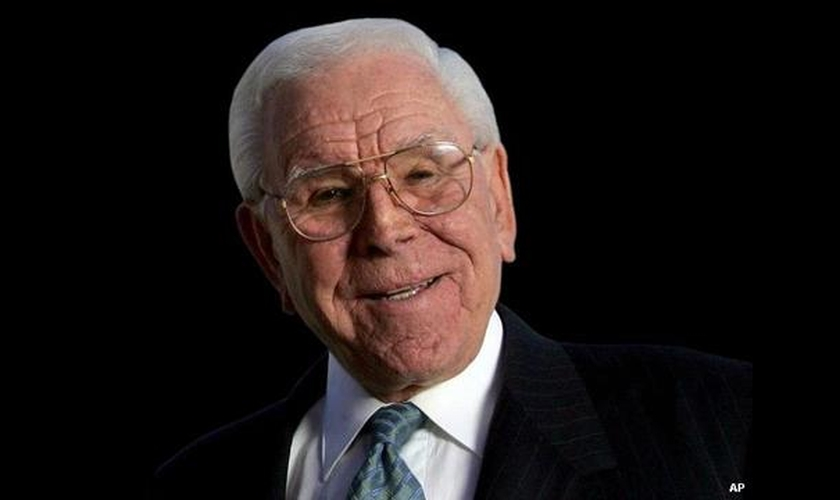 """Robert Schuller apresentava o programa """"Hour of Power"""" e também fundou a grande igreja """"Crystal Church"""", nos Estados Unidos."""