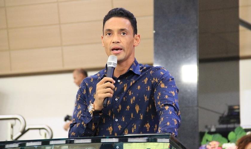 Em um vídeo publicado nas redes sociais, onde o jogador relata seu testemunho no futebol, Ricardo conta que Deus revelou a ele, em sonho, que ele faria parte do time do Santos. (Foto: Globo Esporte)