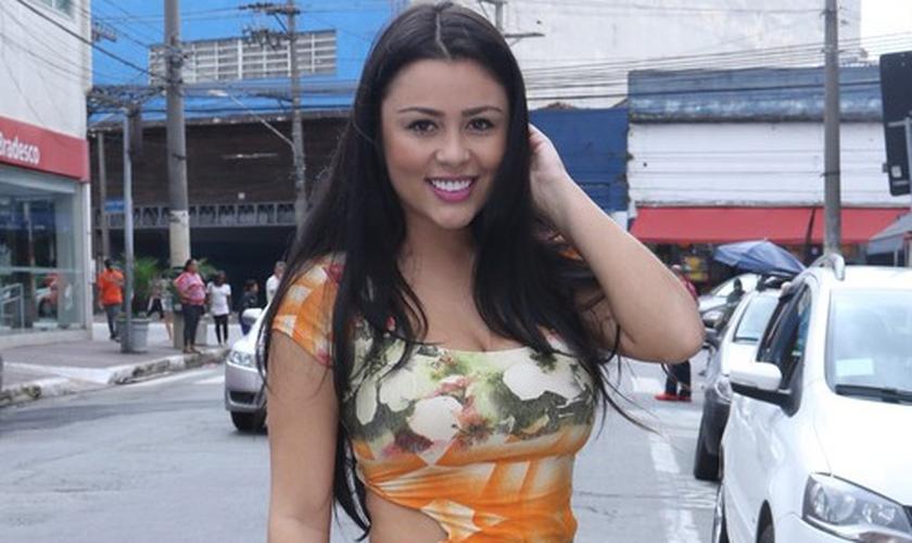 Rebeka Francys com roupa mais comportada, de acordo com a nova escolha de vida. (Thiago Duran / AgNews)