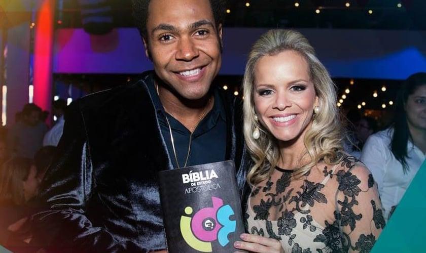 Thalles Roberto e sua esposa Dany Campos, durante o lançamento da Bíblia 'Ide'.