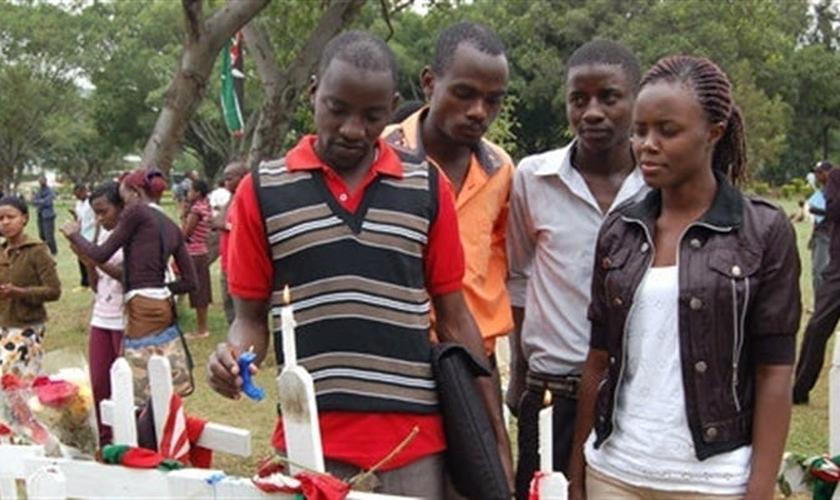 Estudantes da Universidade de Garissa (Quenia) comparecem ao funeral de colegas, mortos durante o ataque terrorista, realizado pelo grupo Al Shabab.
